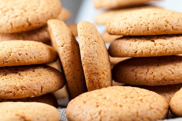 Пористая структура настоящего круглого печенья, круглого печенья из пшеничной и овсяной муки, пористая структура настоящего круглого печенья, несладкого сухого и хрустящего печенья