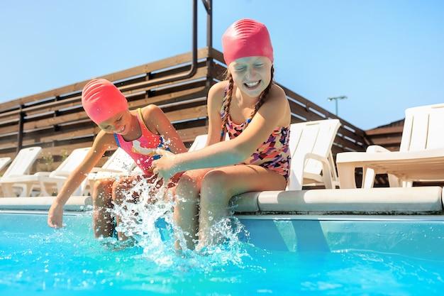 수영장에서 행복 하 게 웃는 아름 다운 십 대 소녀의 초상화