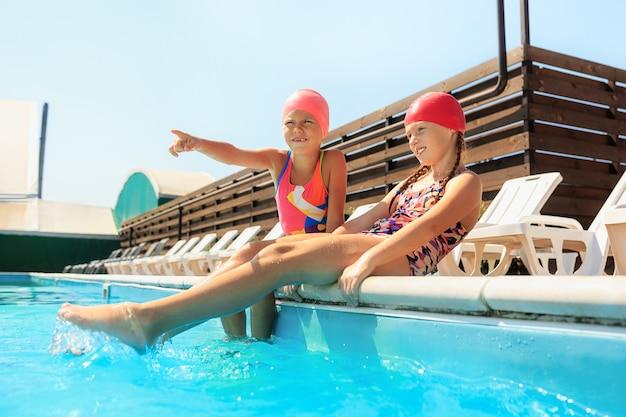 수영장에서 행복 하 게 웃는 아름 다운 십 대 소녀의 초상화.