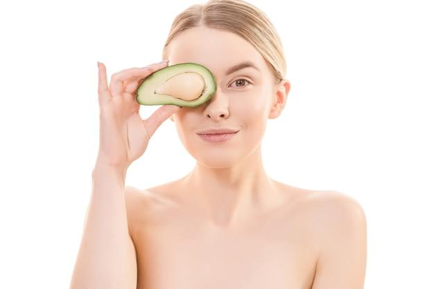 Портрет милой женщины с авокадо на белом фоне