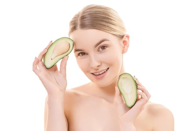 Портрет счастливой женщины с авокадо на белом фоне
