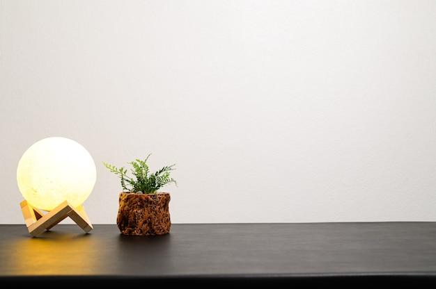 화분에 심은 램프가 책상 위에 있습니다.