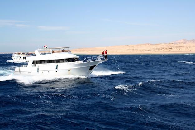 Катер в красном море против небольших гор синайского полуострова