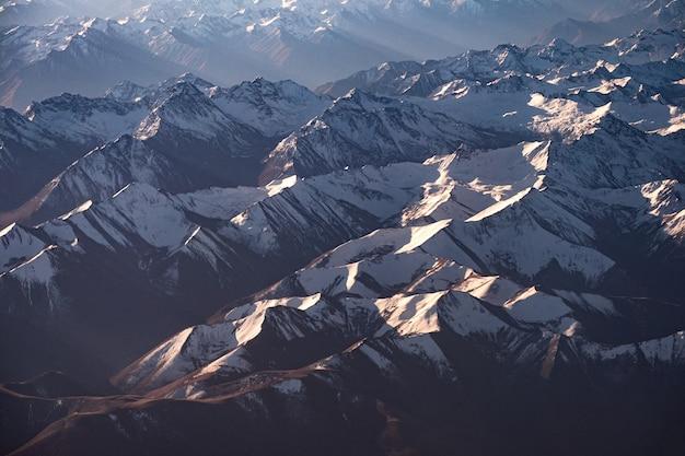 日光が差し込むヒマラヤ山脈の山頂の力強い上