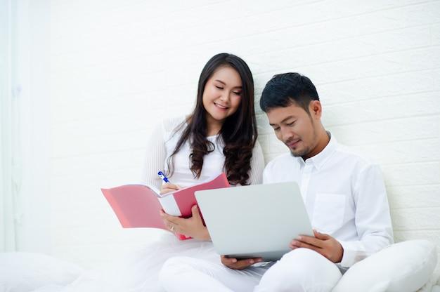 妊娠中の女性は夫に満足しており、出産しようとしている子供を見る準備をしています。