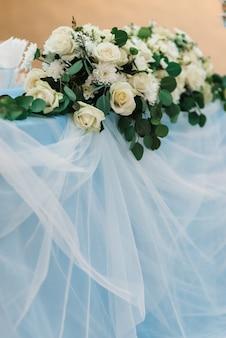 レストランの宴会場にある新婚夫婦の幹部会はキャンドルと緑の植物で飾られ、藤は天井からぶら下がっています