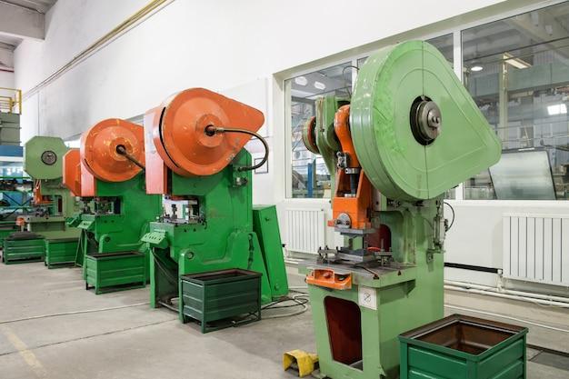 Машина для прессования форм под управлением рабочего. ручное управление старым прессом