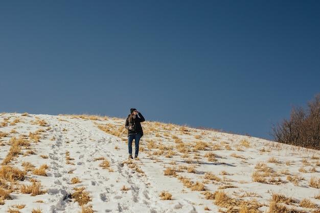 Красивая девушка, глядя на прекрасный вид на горы в солнечный день.