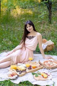 かなり若い女性は公園で時間をリラックスします。