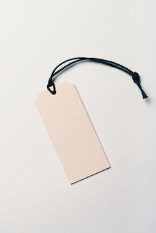 Ценник из картона пустой без надписей на светлом фоне.