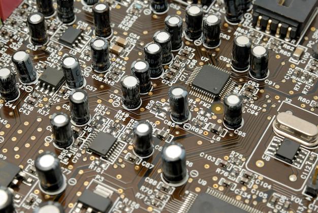 コンピュータチップ抵抗器とコンデンサーを備えたプリント回路基板