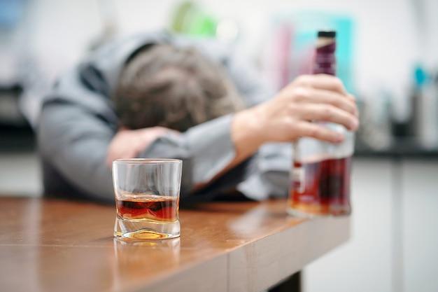 가족 음주 문제 프리미엄 사진