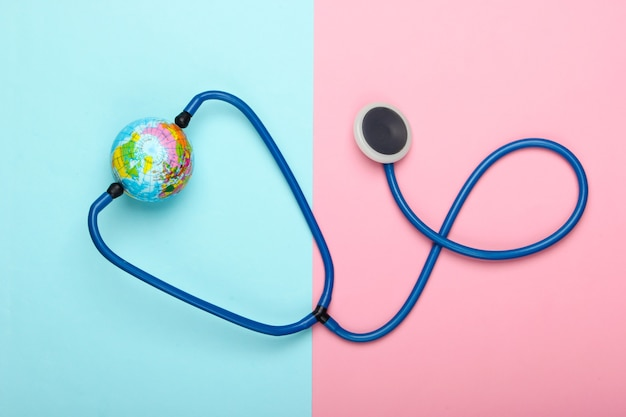 세계적인 유행병의 문제. 청진 기 및 분홍색 파란색 벽에 글로브 글로벌 전염병입니다. 평면도