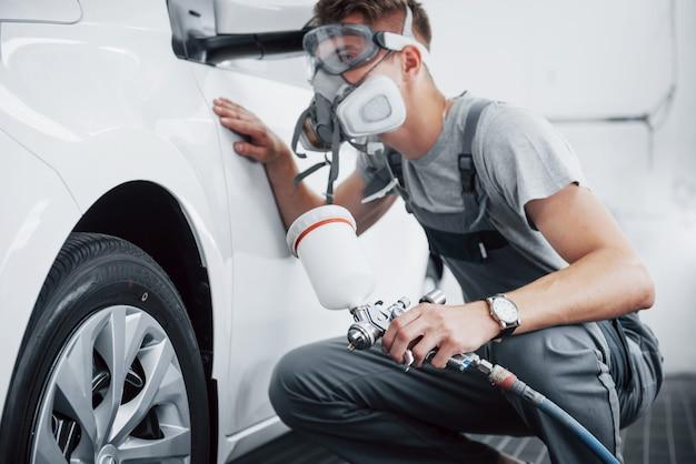 서비스 센터에서 자동차를 페인트하는 절차.
