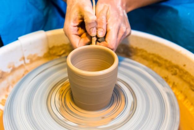 Процесс создания глиняной чашки