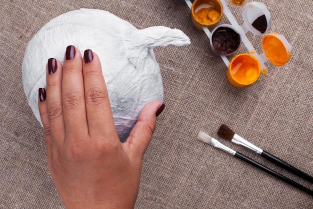 ハロウィーン、孤立した休日のために紙張り子からカボチャを作成するプロセス。