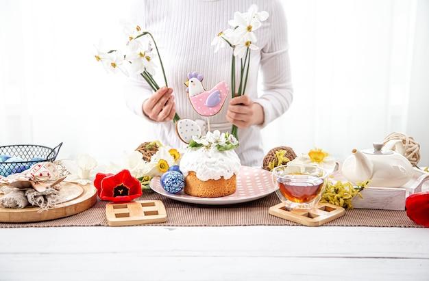 부활절 케이크로 구성을 장식하는 과정. 부활절 휴가를위한 장식의 개념.