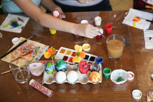 테이블에서 집에서 부활절 달걀을 장식하는 과정