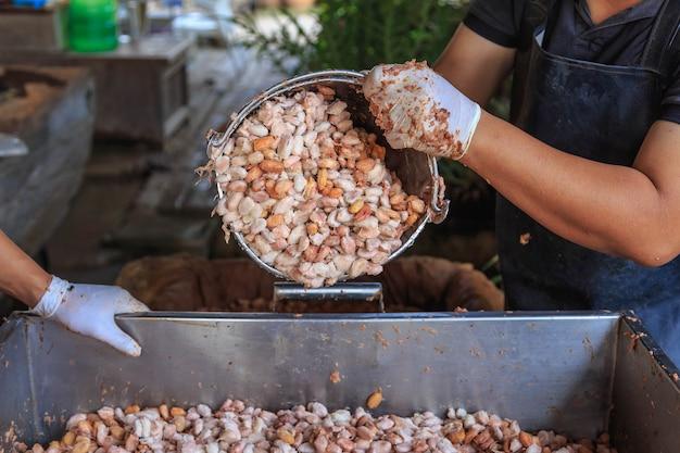 Процесс ферментации свежих какао-бобов в резервуаре