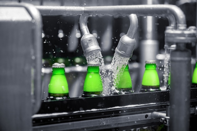 生産コンベアラインでビールをボトルに充填するプロセス。