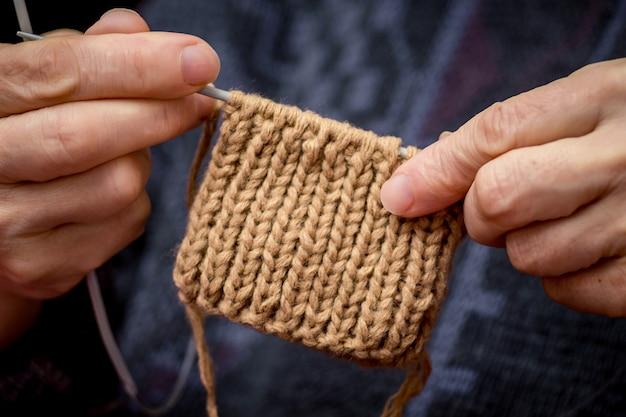 糸、靴下、ミトン、趣味で作られた針を家庭で作るプロセス