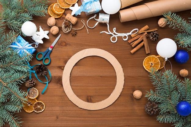 クリスマスツリーの枝からクリスマスツリーリースを作るプロセス
