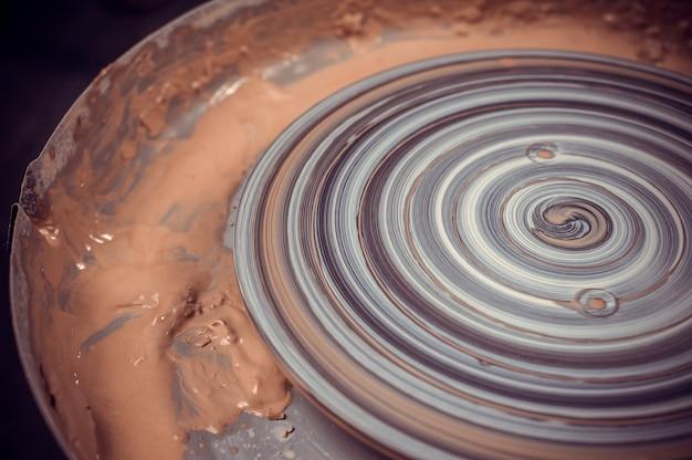 Процесс изготовления глиняного горшка на гончарном круге
