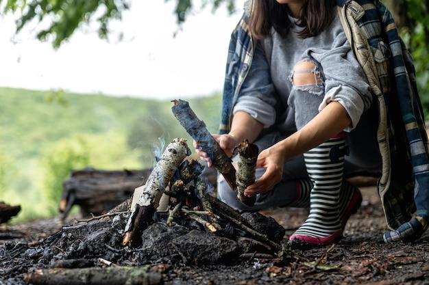 森の中で自然の中で火を起こすプロセス