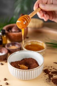 蜂蜜の環境に優しい化粧品を追加するスキンケアのための自家製コーヒースクラブを作るプロセス