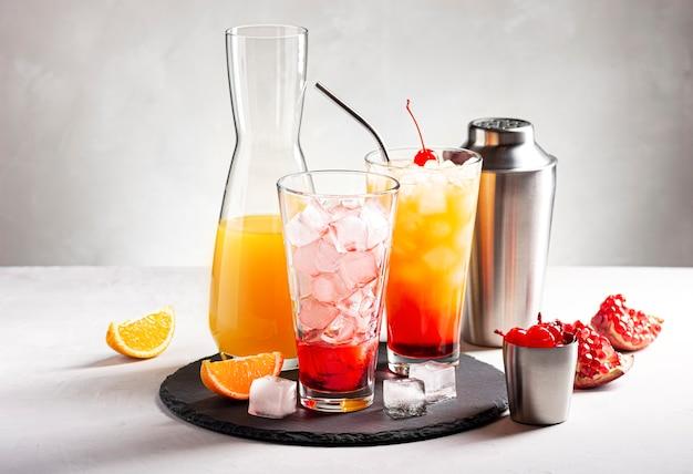 아이스 오렌지 주스와 그레나딘으로 알코올 칵테일 데킬라 선 라이즈를 만드는 과정