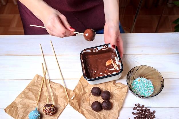 チョコレートケーキポップを作るプロセス