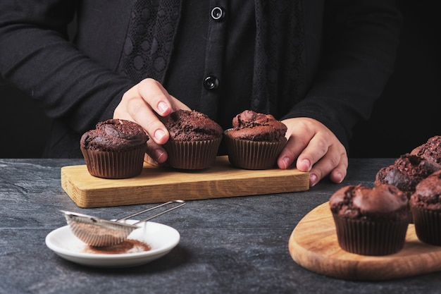 Процесс изготовления шоколадных кексов. руки повара в кадре.