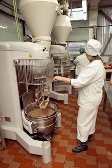 工場の工業用混練機でクッキー生地を作る工程