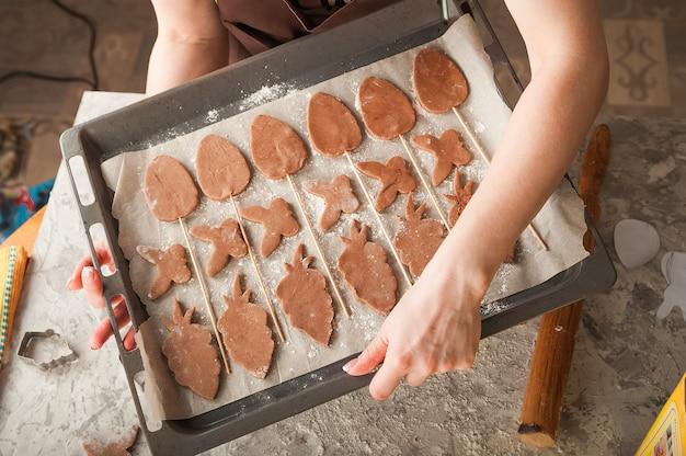 Процесс изготовления пряников. руки режут пряники крупным планом