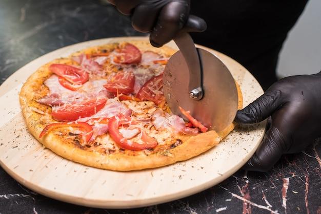 ピザカルボナーラを作るプロセス。不健康でおいしい食べ物