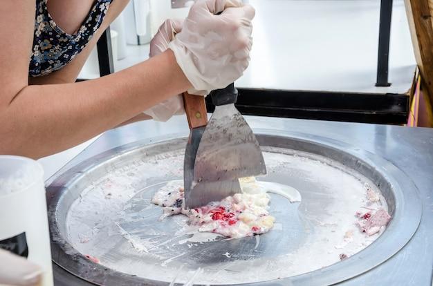 スクープを使用してストリートアイスクリームを作るプロセス