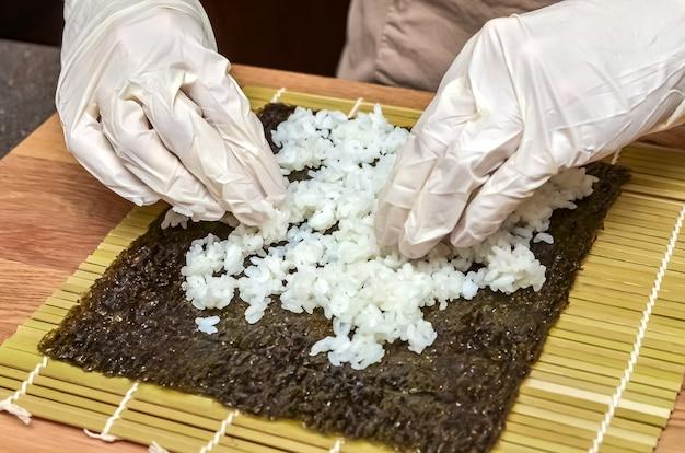 寿司とロールの製造工程、上面図、寿司飯。