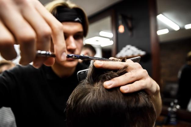 Процесс мужской стрижки в стильной парикмахерской