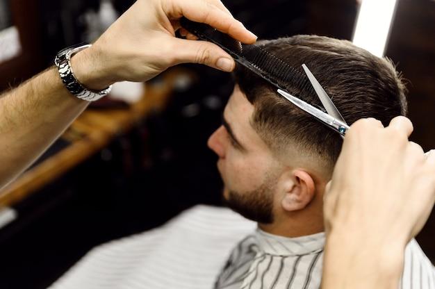 スタイリッシュな理髪店での男性のヘアカットのプロセス
