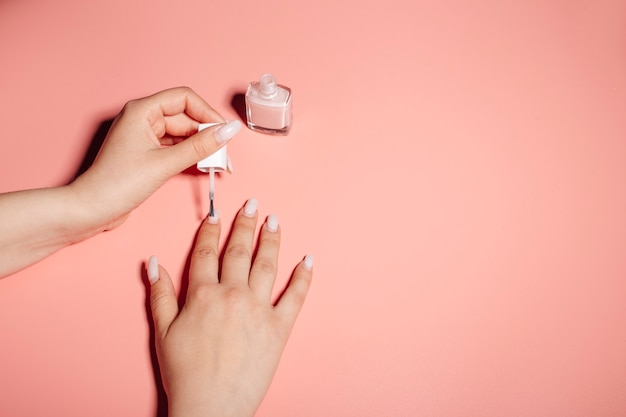 Процесс покраски ногтей лаком