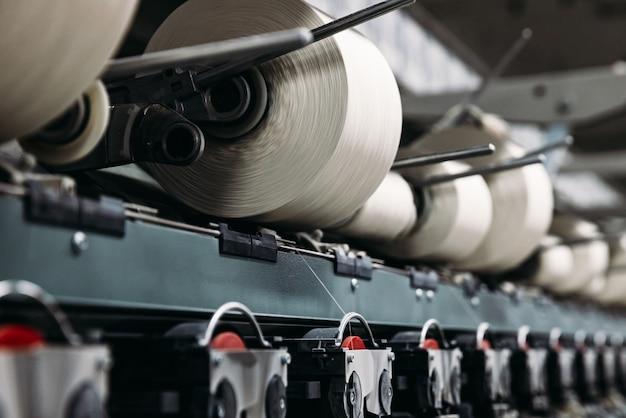공장에서 실을 감는 과정. 생산 라인.