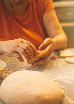 生地を使った作業と調理のプロセス