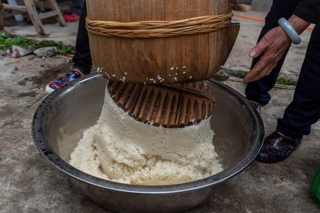 Процесс производства традиционных китайских закусок, рисовых полосок, представляет собой деликатес из риса.