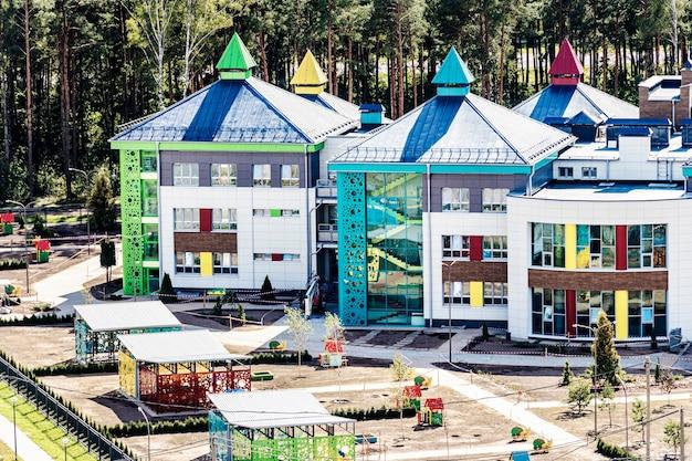 幼稚園の建設の進捗状況。建物のファサードのカラフルで陽気なモダンな装飾。