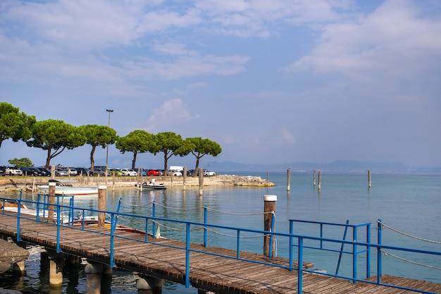 Gardatuscany湖のsirmioneの遊歩道と桟橋
