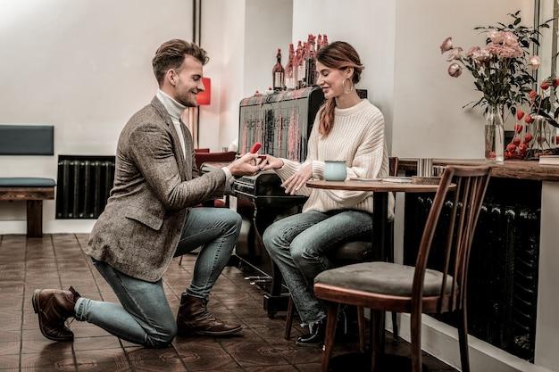 Предложение. мужчина делает предложение своей девушке в кафе