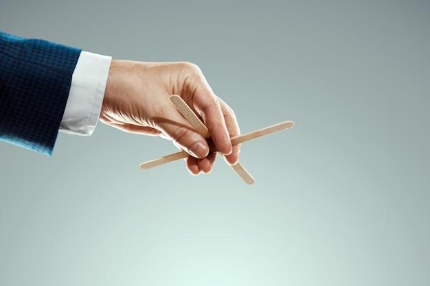 인형극의 수컷 손이 실을 당겨 군중을 통제합니다. 세계 음모, 세계 정부, 조작, 통제의 개념.