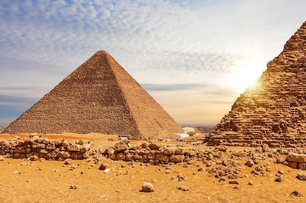 エジプト、ギザのクフ王のピラミッドとメンカウラー王のピラミッド。