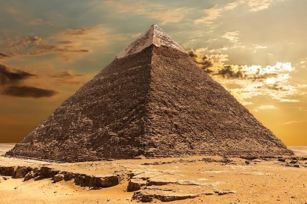 エジプト、ギザの日の出のカフラー王のピラミッド。
