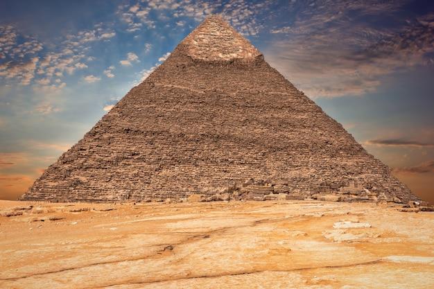 エジプト、雲の中のカフラー王のピラミッド。